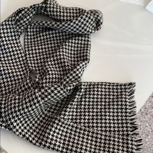 "Scarf. Houndstooth black/white. 9.5x67""."